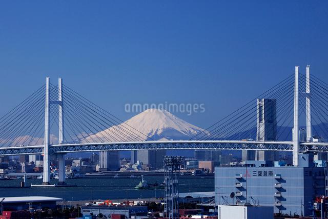 橫浜ベイブリッジと富士山にランドマークタワーの写真素材 [FYI01648933]