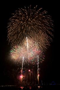 花火と水面打ち上げ花火の写真素材 [FYI01648944]