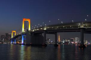 夜景のレインボーブリッジの写真素材 [FYI01648962]