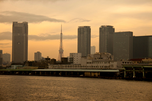 東京の夕焼けとビル群の写真素材 [FYI01648969]