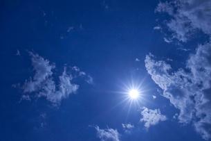 青空と雲と太陽の写真素材 [FYI01649018]