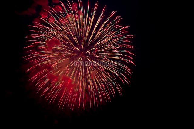 赤のスターマイン花火の写真素材 [FYI01649040]