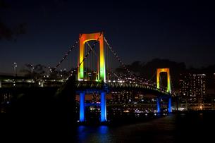 東京湾に掛かるレインボーブリッジの夜景の写真素材 [FYI01649158]