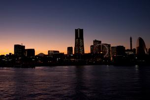 夕景の橫浜港からのビル群の写真素材 [FYI01649198]