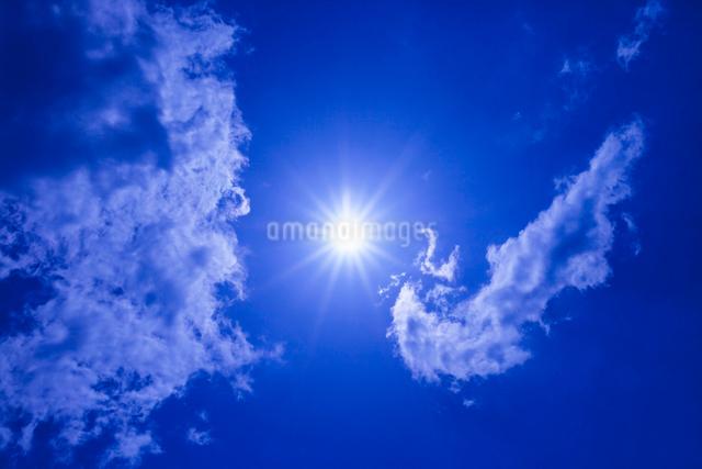 青空と太陽と雲の写真素材 [FYI01649224]