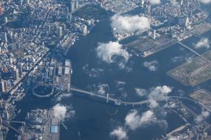 空撮の東京湾とレーンボーブリッジの写真素材 [FYI01649262]