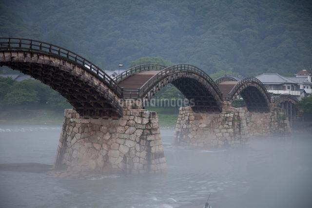 朝の錦帯橋の写真素材 [FYI01649323]