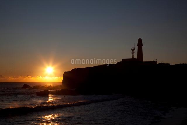 犬吠崎灯台と日の出の写真素材 [FYI01649451]