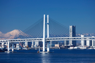 横浜ベーブリッジと富士山とビルの写真素材 [FYI01649458]