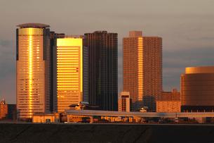 都会のビルに反射する夕焼けの写真素材 [FYI01649492]