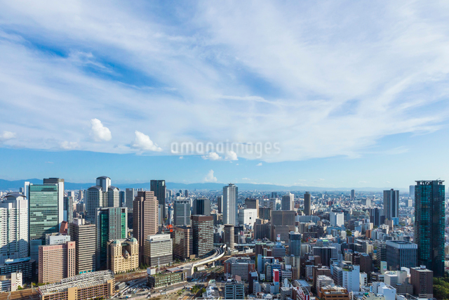 梅田スカイビルから見た大阪の街並の写真素材 [FYI01649557]
