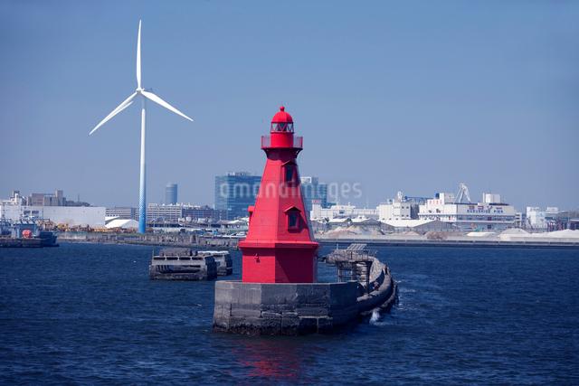 橫浜港の赤灯台の写真素材 [FYI01649578]