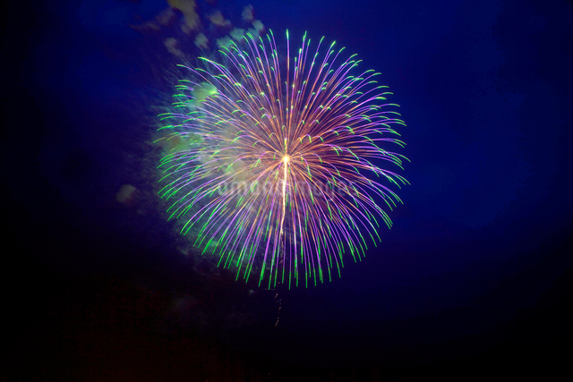 青色のスターマイン花火の写真素材 [FYI01649974]