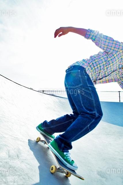 スケートボードに乗る男性の写真素材 [FYI01650350]