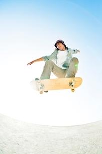 スケートボードに乗る男性の写真素材 [FYI01650381]