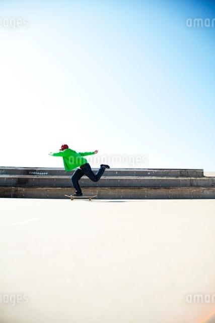 スケートボードに乗る男性の写真素材 [FYI01650397]