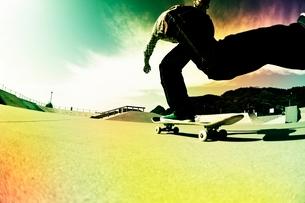 スケートボードに乗る男性の写真素材 [FYI01650398]
