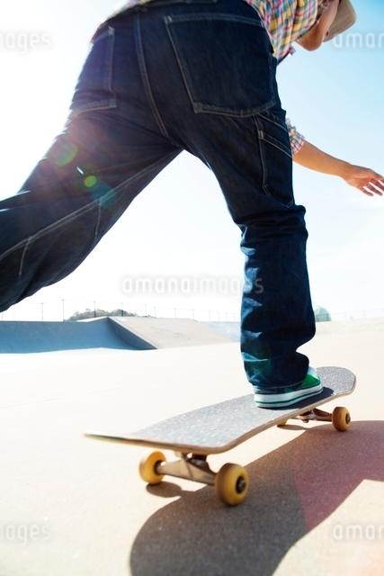 スケートボードに乗る男性の写真素材 [FYI01650406]