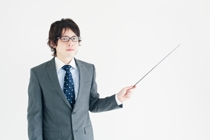 指示棒を持つビジネスマンの写真素材 [FYI01650420]