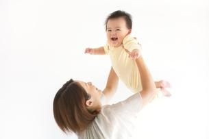 赤ちゃんを抱き上げる母親の写真素材 [FYI01650435]