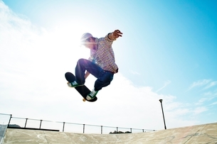 スケートボードに乗る男性の写真素材 [FYI01650453]