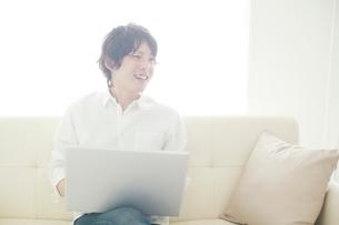パソコンを操作する男性の写真素材 [FYI01650484]
