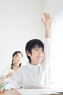 勉強をする小学生の男女の写真素材 [FYI01650521]