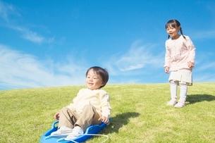 そりで遊ぶ姉と弟の写真素材 [FYI01650548]
