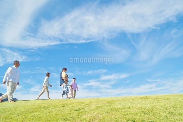 丘を歩く日本人三世代家族の写真素材 [FYI01650596]