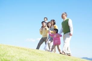 丘を歩く日本人三世代家族の写真素材 [FYI01650616]
