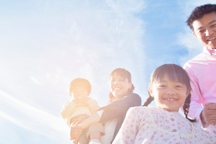 笑顔の日本人家族の写真素材 [FYI01650674]