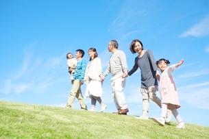丘を歩く日本人三世代家族の写真素材 [FYI01650741]