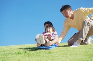 そりで遊ぶ親子の写真素材 [FYI01650986]