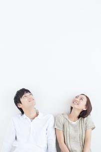 見上げる笑顔の日本人カップルの写真素材 [FYI01651010]