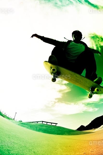 スケートボードに乗る男性の写真素材 [FYI01651056]