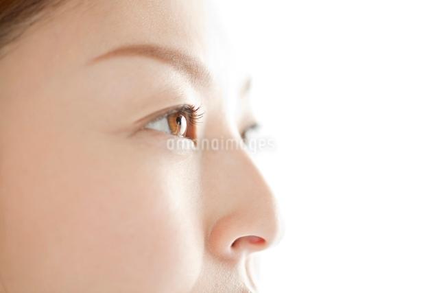 日本人女性の目元の写真素材 [FYI01651085]