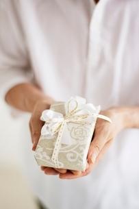 プレゼントを持つ男性の手元の写真素材 [FYI01651143]