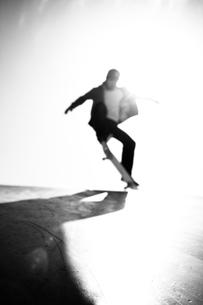 スケートボードに乗る男性の写真素材 [FYI01651205]