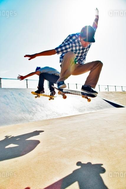 スケートボードに乗る男性の写真素材 [FYI01651209]