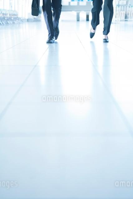 歩くビジネスマンとビジネスウーマンの足元の写真素材 [FYI01651263]