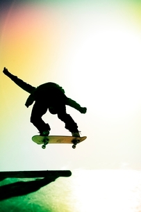 スケートボードに乗る男性の写真素材 [FYI01651299]