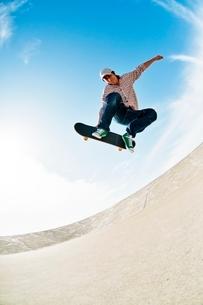 スケートボードに乗る男性の写真素材 [FYI01651325]