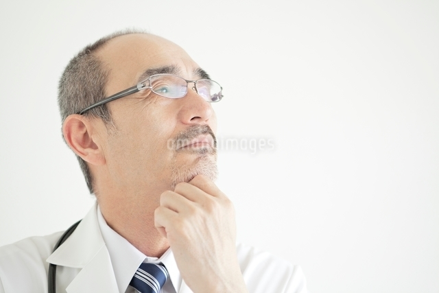 白衣を着た男性医師の写真素材 [FYI01651337]