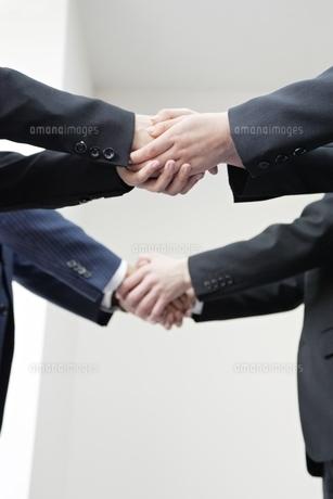 握手するビジネスマンの手元の写真素材 [FYI01651415]