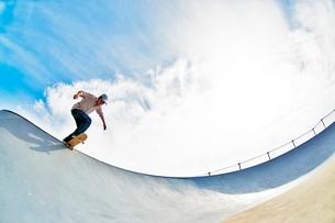 スケートボードに乗る男性の写真素材 [FYI01651426]