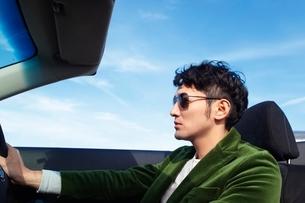 運転席に座る男性の写真素材 [FYI01651450]