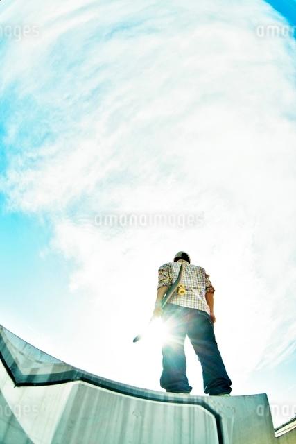 スケートボードを持つ男性の写真素材 [FYI01651556]