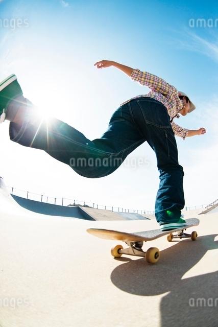スケートボードに乗る男性の写真素材 [FYI01651594]