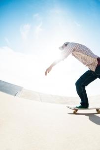 スケートボードに乗る男性の写真素材 [FYI01651654]