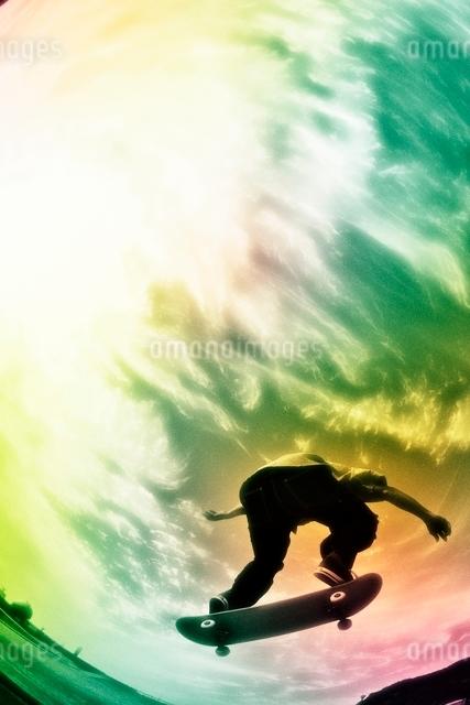 スケートボードに乗る男性の写真素材 [FYI01651657]